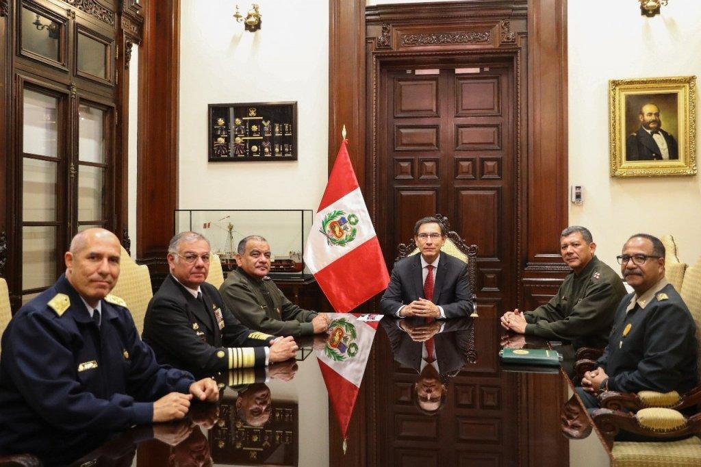 Vizcarra y militares.jpg
